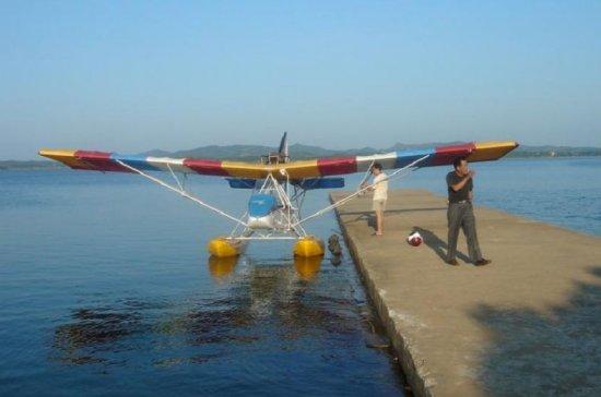 几乎全新的A2C超轻型水机,只试过车(ROTAX912发动机,半小时左右)有三证,是注册通航首选机型,厂家可改成水陆两用型.有感兴趣的和我联系.后面是飞机简介.   A2C飞机是中国特种飞行器研究所研制的多用途水陆两用超轻型水上飞机。该机采用双座、推进式单发、上单翼、单垂尾、双浮筒的常规总体布局,结构设计采用国际上最先进的破损—安全准则,具有优良的抗坠毁性能,同时气动力设计又使其具有很好的无动力滑翔性能,使其具有其它超轻型飞机无可比拟的可靠的安全性能。该机装有一台奥地利ROTAX912四