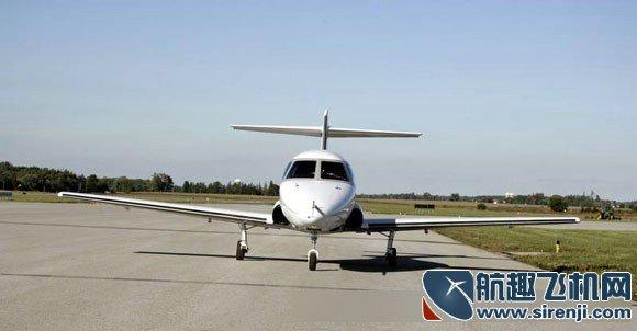 钻石D-Jet早在2003年就对外曝光了,并在2006年4月进行了处女航。时至今日,顶住金融风暴的冲击后的钻石飞机公司依然对它这款最新的单引擎超轻型喷气机(Very Light Jet or VLJ)——D-Jet如火如荼地进行着发展工作。如今钻石D-Jet已经进入最后的设计阶段,预期将在2010年下半年进行设计的认证工作。