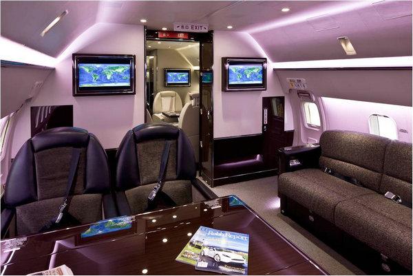在《还珠格格第三部 天上人间》、《天龙八部》等多部电视剧中饰演角色的刘涛,所乘坐的私人飞机是价值近3亿元人民币的喷气式飞机猎鹰2000EX,著名篮球明星麦蒂、车王舒马赫和德国前总理施罗德也拥有同样型号的私人飞机。