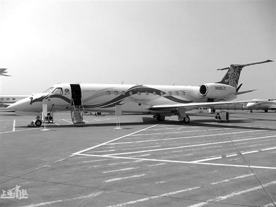 """记者从相关方面了解到,备受关注的成龙私人飞机已抵达投入布展,该飞机为巴西航空工业公司生产,型号为Legacy650(莱格赛650),价值2亿元人民币。该飞机舱口有醒目的黄色中英文合璧的""""龙""""字及红色英文""""JC JET""""字样,机尾也有黄色中英文合璧的""""龙""""字,飞机全身有两条貌似龙的图案盘绕。这是巴西航空工业公司第一次向亚洲国家客户出售该机型,该公司已邀请成龙作为其品牌形象大使,成龙或将亲自出席本次航展。   记者在展览区还看到了庞"""