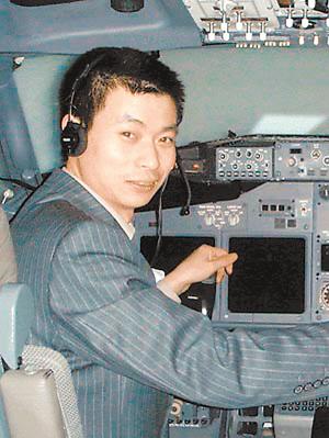 作为这家飞机专卖店的主人,中青(香港)飞行总会会长,西安西捷飞机
