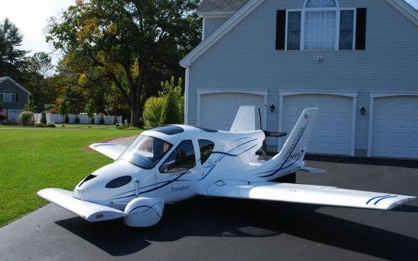 飞行汽车不需要飞机维护和停放的机库,由于机翼可以折叠,普通车库高清图片