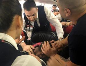 土航班机一男子敲打窗户并企图进入驾驶舱